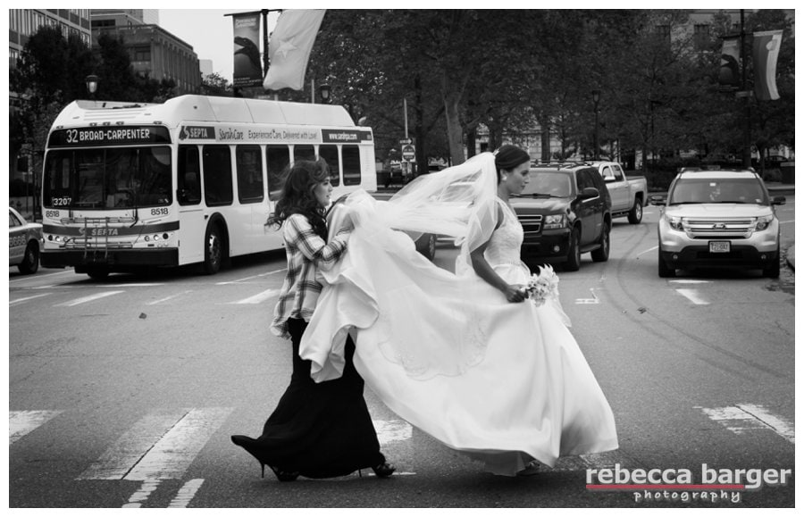 Holly gets some help from her sister in crossing the Ben Franklin Parkway for her first look with Ben.